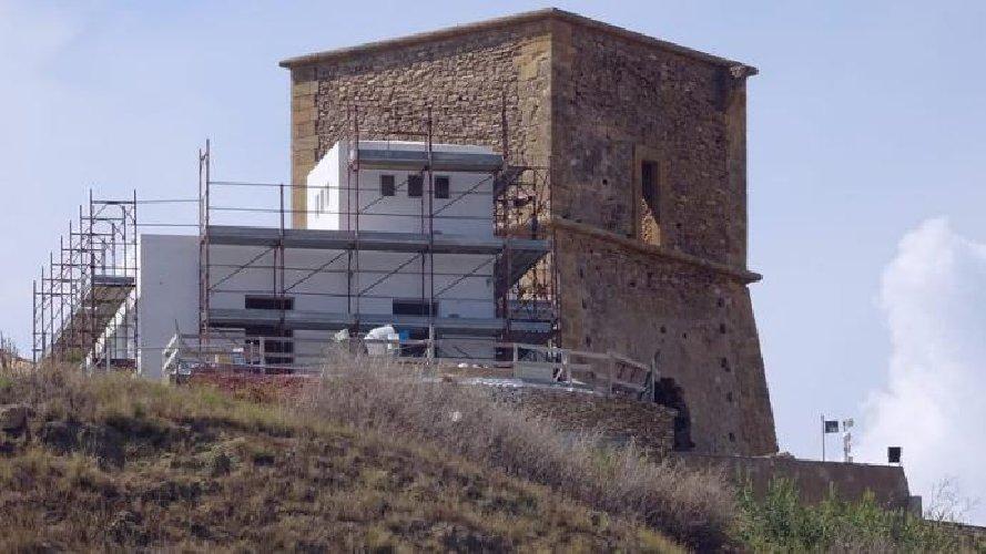 https://www.ragusanews.com//immagini_articoli/08-09-2018/sgarbi-furioso-villa-costruita-addosso-torre-500.jpg