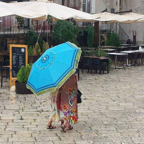 https://www.ragusanews.com//immagini_articoli/08-09-2019/1567974837-meteo-in-sicilia-ombrellone-all-ombrello-in-pochi-giorni-1-500.jpg