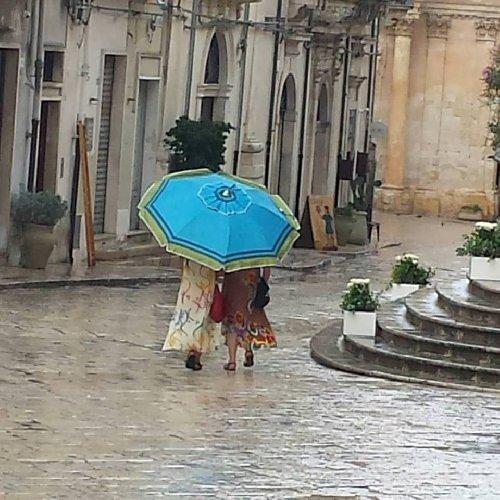 https://www.ragusanews.com//immagini_articoli/08-09-2019/1567974837-meteo-in-sicilia-ombrellone-all-ombrello-in-pochi-giorni-2-500.jpg