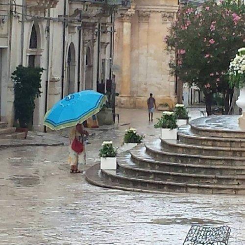 https://www.ragusanews.com//immagini_articoli/08-09-2019/1567974837-meteo-in-sicilia-ombrellone-all-ombrello-in-pochi-giorni-3-500.jpg