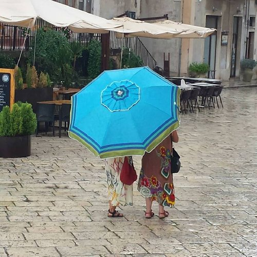 https://www.ragusanews.com//immagini_articoli/08-09-2019/meteo-in-sicilia-ombrellone-all-ombrello-in-pochi-giorni-500.jpg