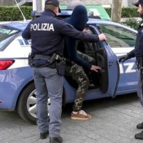 https://www.ragusanews.com//immagini_articoli/08-09-2021/arrestato-a-vittoria-deteneva-a-casa-una-pistola-e-un-fucile-500.jpg