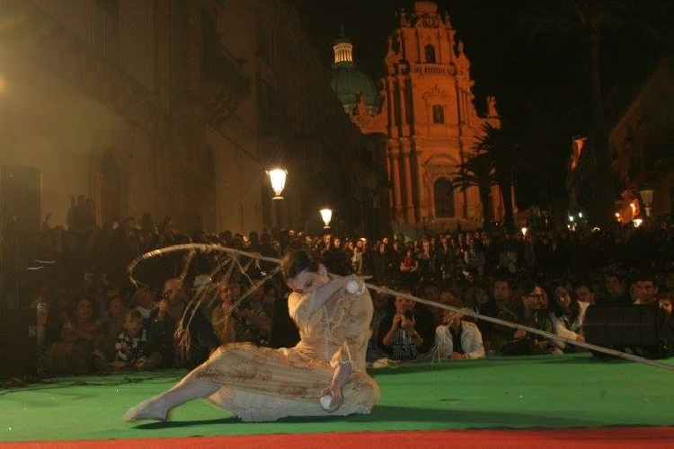 https://www.ragusanews.com//immagini_articoli/08-10-2015/da-stasera-ragusa-diventa-felliniana-500.jpg