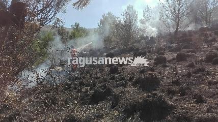 http://www.ragusanews.com//immagini_articoli/08-10-2017/grave-incendio-contrada-canicarao-240.jpg