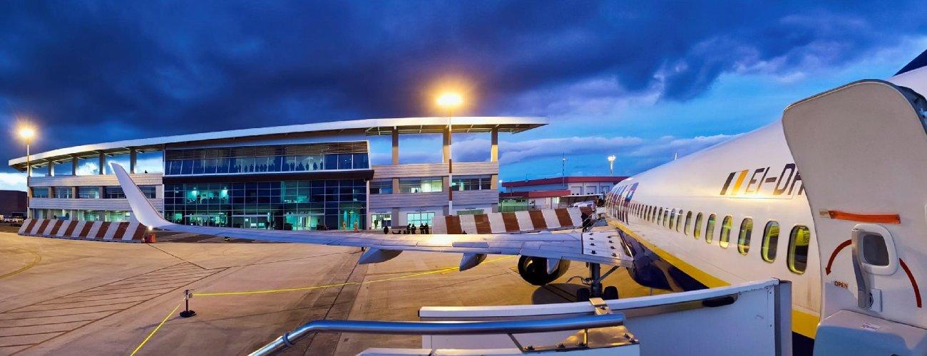 https://www.ragusanews.com//immagini_articoli/08-10-2018/aeroporto-comiso-offerte-rotte-500.jpg