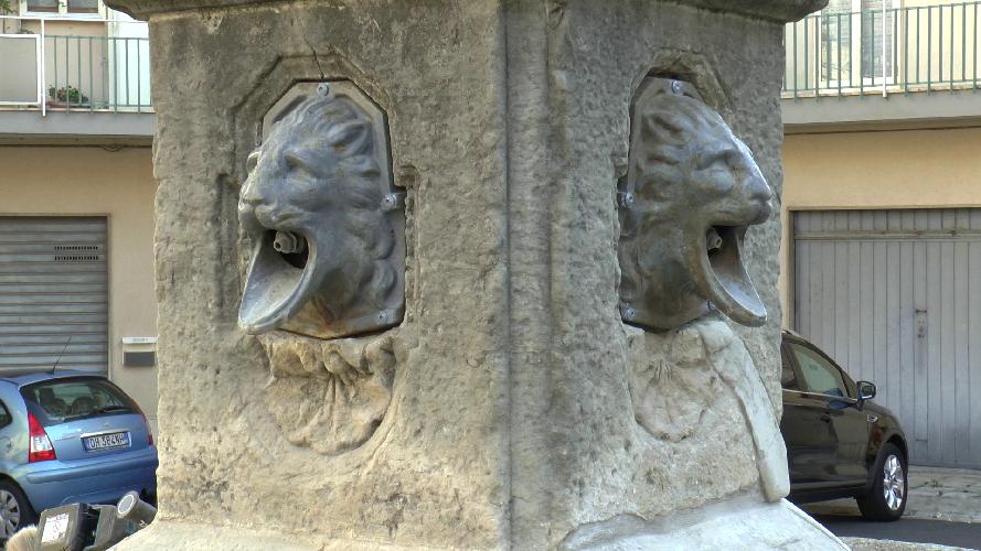 https://www.ragusanews.com//immagini_articoli/08-10-2018/piazza-fonti-riposizionati-mascheroni-fontana-500.png