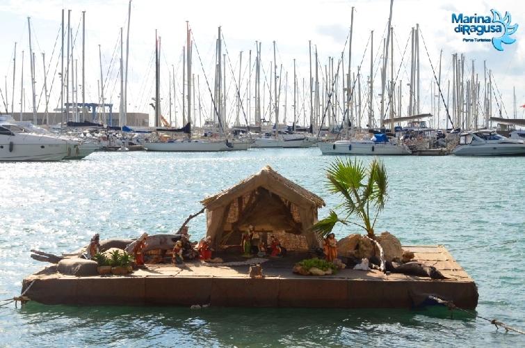 http://www.ragusanews.com//immagini_articoli/08-12-2014/un-presepe-galleggiante-su-una-zattera-al-porto-di-marina-500.jpg