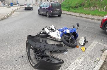 https://www.ragusanews.com//immagini_articoli/08-12-2018/scontro-auto-moto-zama-ragusa-ferito-scooterista-240.png