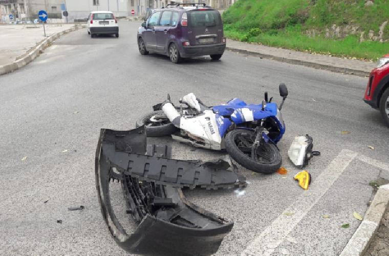 https://www.ragusanews.com//immagini_articoli/08-12-2018/scontro-auto-moto-zama-ragusa-ferito-scooterista-500.png
