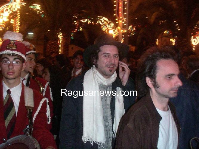 https://www.ragusanews.com//immagini_articoli/09-01-2013/vinicio-capossela-amo-gioia-cristo-in-gonnella-e-madonna-a-cavallo-500.jpg