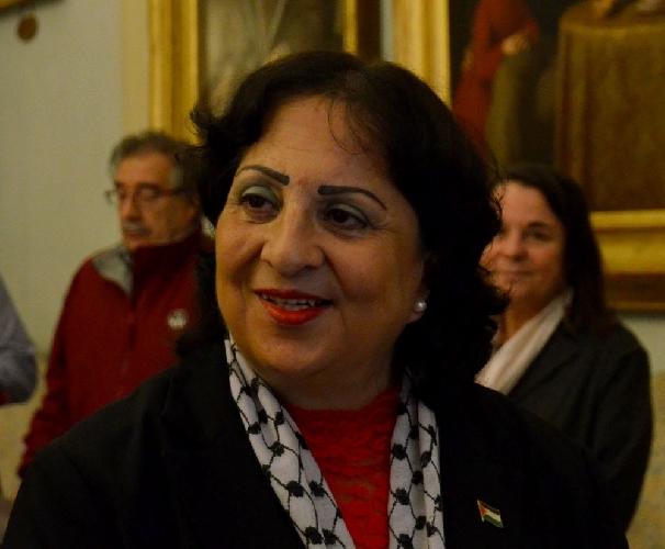 http://www.ragusanews.com//immagini_articoli/09-01-2016/l-ambasciatrice-della-palestina-a-pozzallo-500.jpg
