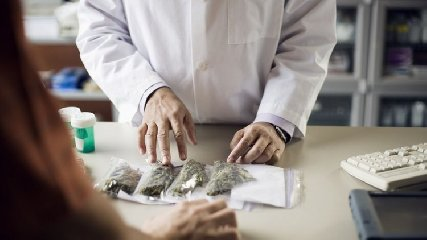 http://www.ragusanews.com//immagini_articoli/09-01-2018/farmaci-base-cannabis-ragusa-allavanguardia-240.jpg