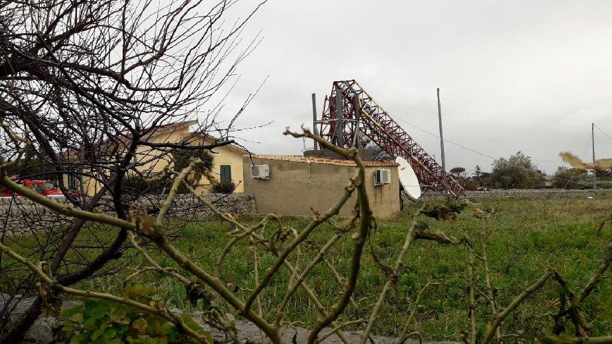https://www.ragusanews.com//immagini_articoli/09-01-2019/traliccio-crolla-forte-vento-modica-500.jpg