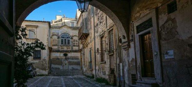 https://www.ragusanews.com//immagini_articoli/09-01-2021/fallisce-societa-milano-finanza-sequestra-palazzo-storico-noto-280.jpg