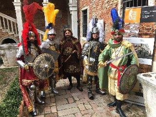 https://www.ragusanews.com//immagini_articoli/09-02-2018/scicli-pupi-siciliani-carnevale-venezia-240.jpg