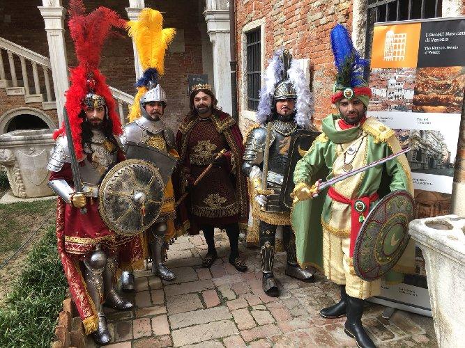 https://www.ragusanews.com//immagini_articoli/09-02-2018/scicli-pupi-siciliani-carnevale-venezia-500.jpg
