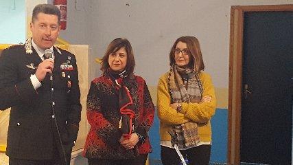 https://www.ragusanews.com//immagini_articoli/09-02-2019/carabinieri-scuola-mettere-guardia-bullo-240.jpg