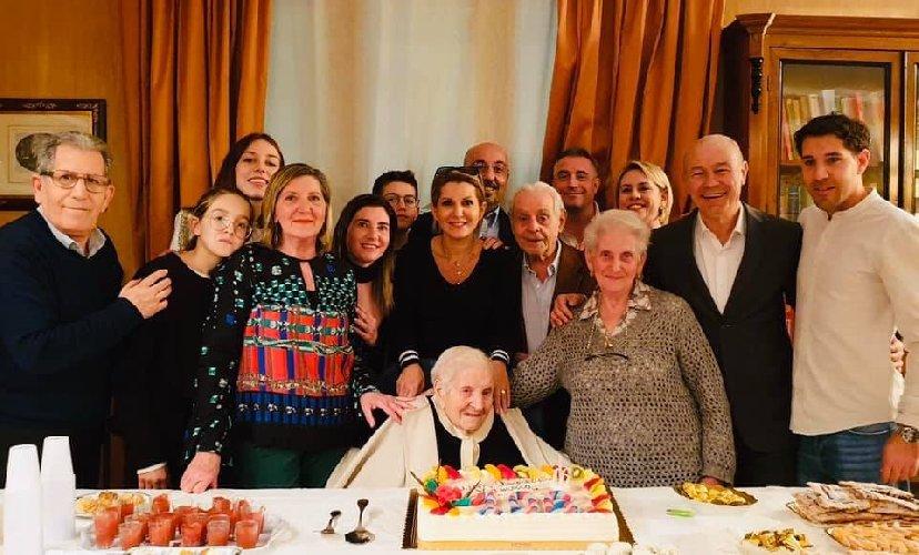 https://www.ragusanews.com//immagini_articoli/09-02-2020/nonnina-di-pozzallo-compie-106-anni-500.jpg