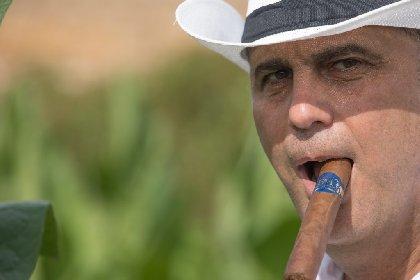 https://www.ragusanews.com//immagini_articoli/09-02-2021/l-antico-sigaro-siciliano-che-fumano-a-chicago-e-new-york-foto-280.jpg