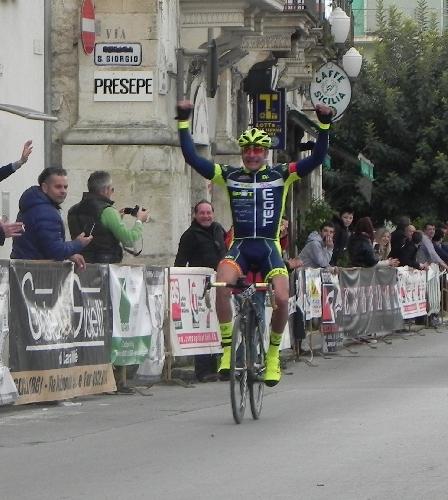 http://www.ragusanews.com//immagini_articoli/09-03-2015/granfondo-scicli-vince-enrico-di-martino-500.jpg