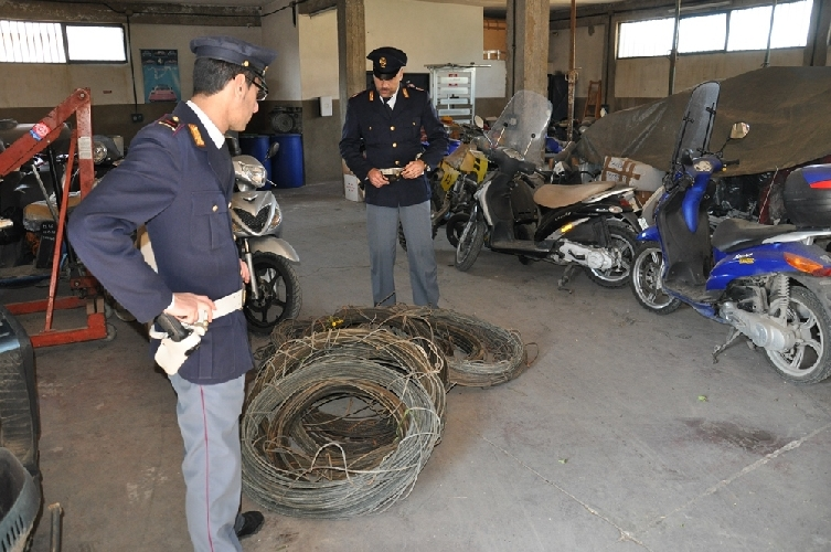 http://www.ragusanews.com//immagini_articoli/09-04-2014/furti-di-cavi-di-rame-enel-a-pedalino-500.jpg