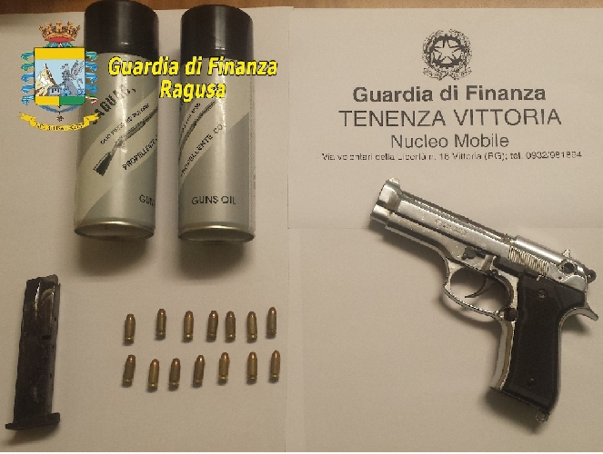 http://www.ragusanews.com//immagini_articoli/09-04-2014/vende-prodotti-per-lagricoltura-e-detiene-una-pistola-arrestato-500.jpg