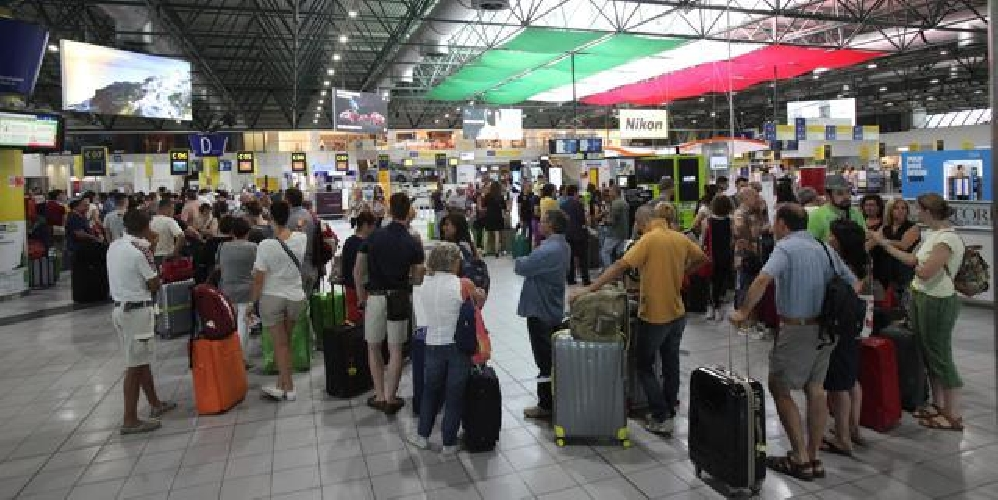 http://www.ragusanews.com//immagini_articoli/09-04-2017/ryanair-odissea-viaggiatori-ritardo-malpensa-comiso-500.jpg