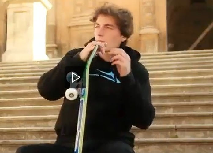 http://www.ragusanews.com//immagini_articoli/09-05-2014/luomo-che-sale-e-scende-modica-in-skateboard-video-500.jpg