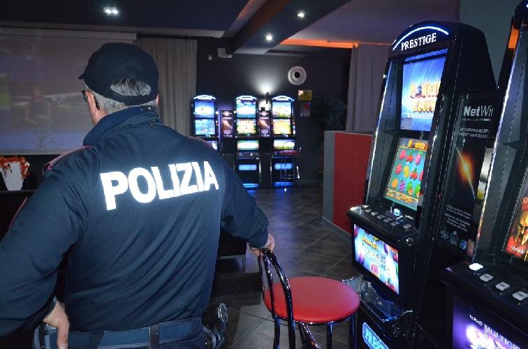 http://www.ragusanews.com//immagini_articoli/09-05-2017/gioco-clandestino-scommesse-illegali-denunciati-modica-alta-500.jpg