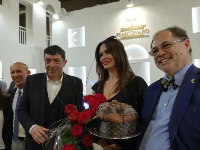 https://www.ragusanews.com//immagini_articoli/09-05-2017/maria-grazia-cucinotta-presente-tuttofood-500.jpg