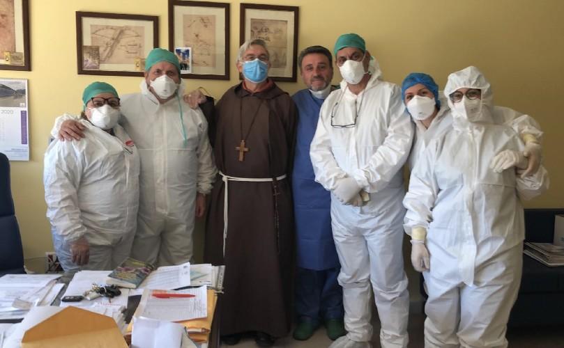 https://www.ragusanews.com//immagini_articoli/09-05-2020/il-vescovo-di-caltagirone-torna-in-ospedale-per-ringraziare-500.jpg