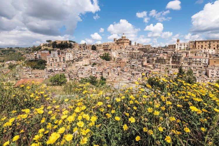 https://www.ragusanews.com//immagini_articoli/09-05-2021/musumeci-manca-poco-alla-sicilia-zona-gialla-500.jpg