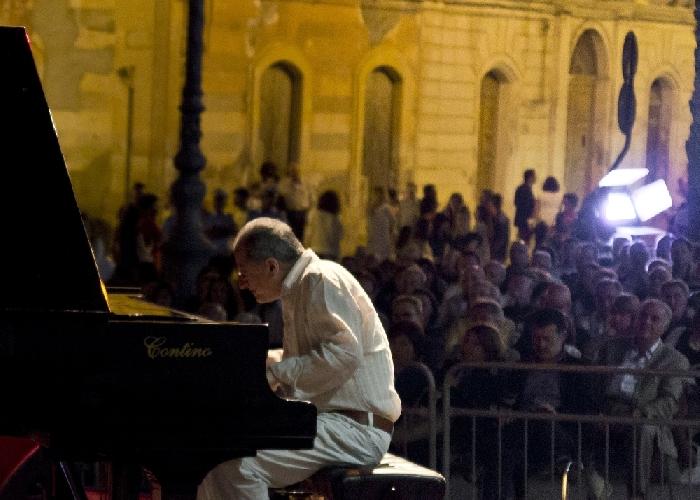 http://www.ragusanews.com//immagini_articoli/09-06-2014/enrico-pieranunzi-chiude-il-primo-ciclo-del-vittoria-jazz-fest-500.jpg