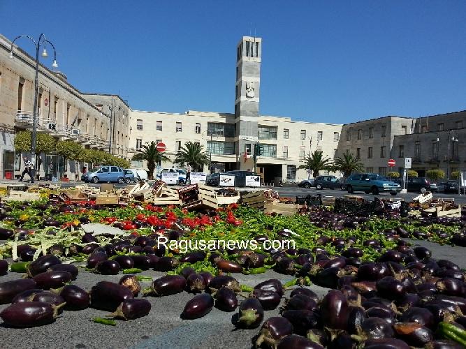 http://www.ragusanews.com//immagini_articoli/09-06-2014/i-forconi-danno-al-macero-lortofrutta-in-piazza-a-ragusa-500.jpg
