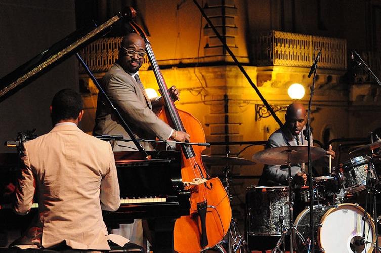 https://www.ragusanews.com//immagini_articoli/09-06-2017/vittoria-jazz-fest-500.jpg