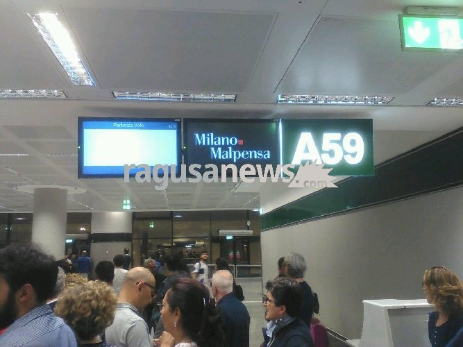 https://www.ragusanews.com//immagini_articoli/09-06-2018/assurda-odissea-passeggeri-ryanar-bloccati-milano-500.jpg