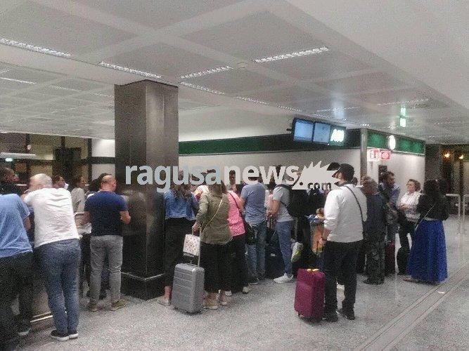 https://www.ragusanews.com//immagini_articoli/09-06-2018/malpensa-cancellato-volo-1810-comiso-passeggeri-bloccati-500.jpg