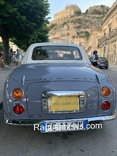 https://www.ragusanews.com//immagini_articoli/09-06-2019/e-a-scicli-e-arrivata-l-auto-targata-love-in-the-air-500.jpg