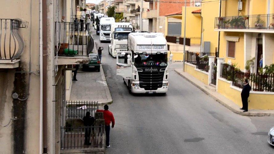 https://www.ragusanews.com//immagini_articoli/09-06-2019/truck-day-a-rosolini-camion-folla-grave-40enne-500.jpg