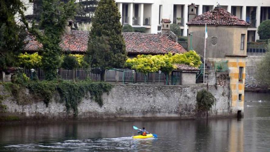 https://www.ragusanews.com//immagini_articoli/09-06-2021/1623246263-vendesi-isola-con-parco-e-torre-il-prezzo-un-affarone-foto-5-500.jpg