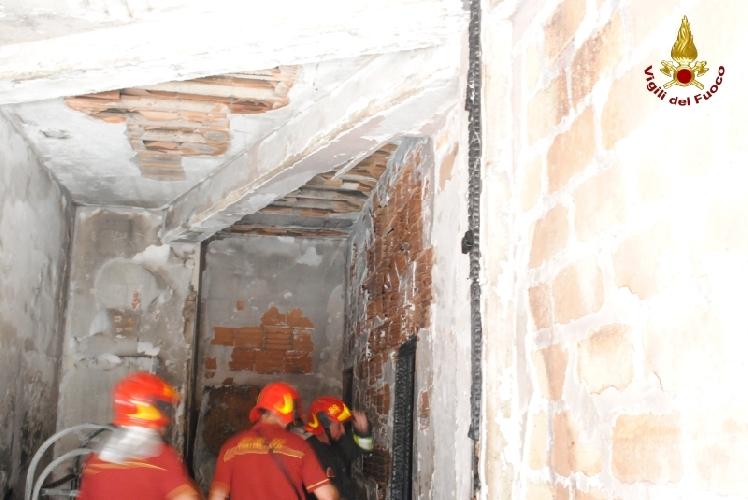 http://www.ragusanews.com//immagini_articoli/09-07-2011/incendio-stamani-in-una-casa-di-scoglitti-500.jpg