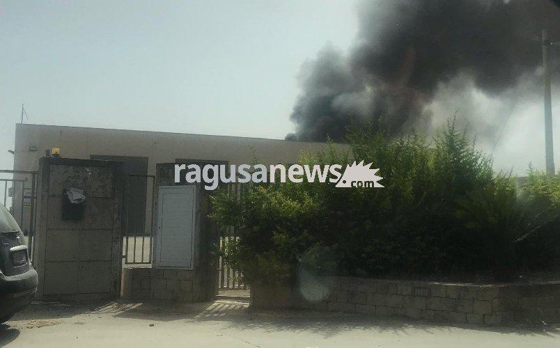 https://www.ragusanews.com//immagini_articoli/09-07-2019/modica-incendio-in-un-autocarrozzeria-500.jpg