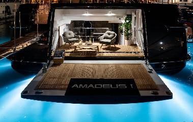https://www.ragusanews.com//immagini_articoli/09-07-2020/1594328054-yacht-l-amadeus-i-in-ortigia-a-siracusa-1-240.jpg