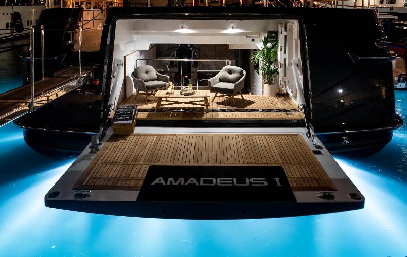 https://www.ragusanews.com//immagini_articoli/09-07-2020/1594328054-yacht-l-amadeus-i-in-ortigia-a-siracusa-1-500.jpg