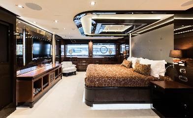 https://www.ragusanews.com//immagini_articoli/09-07-2020/1594328662-yacht-l-amadeus-i-in-ortigia-a-siracusa-1-240.jpg