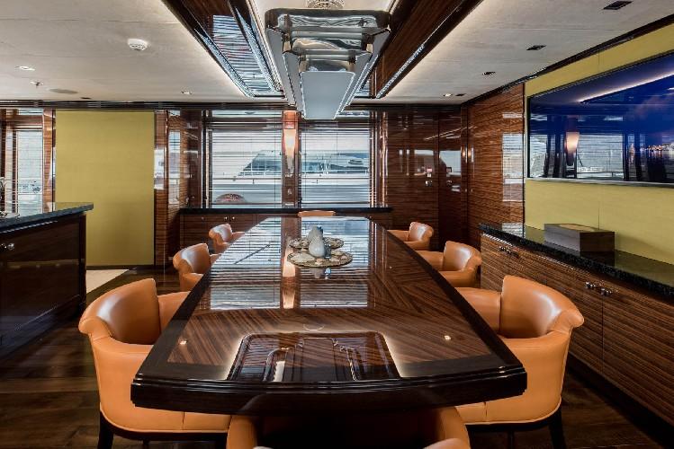 https://www.ragusanews.com//immagini_articoli/09-07-2020/1594328817-yacht-l-amadeus-i-in-ortigia-a-siracusa-1-500.jpg