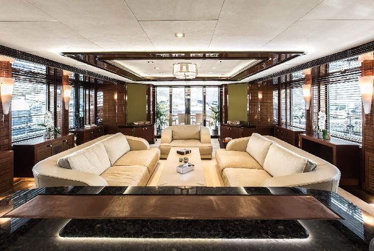 https://www.ragusanews.com//immagini_articoli/09-07-2020/1594328817-yacht-l-amadeus-i-in-ortigia-a-siracusa-3-500.jpg