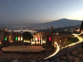 https://www.ragusanews.com//immagini_articoli/09-07-2020/a-riveder-le-stelle-tornano-le-visite-serali-al-teatro-antico-di-taormina-240.jpg