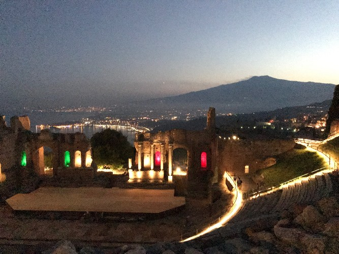 https://www.ragusanews.com//immagini_articoli/09-07-2020/a-riveder-le-stelle-tornano-le-visite-serali-al-teatro-antico-di-taormina-500.jpg