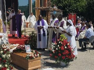 https://www.ragusanews.com//immagini_articoli/09-07-2020/i-religiosi-del-butembo-beni-hanno-omaggiato-padre-giordanella-240.jpg